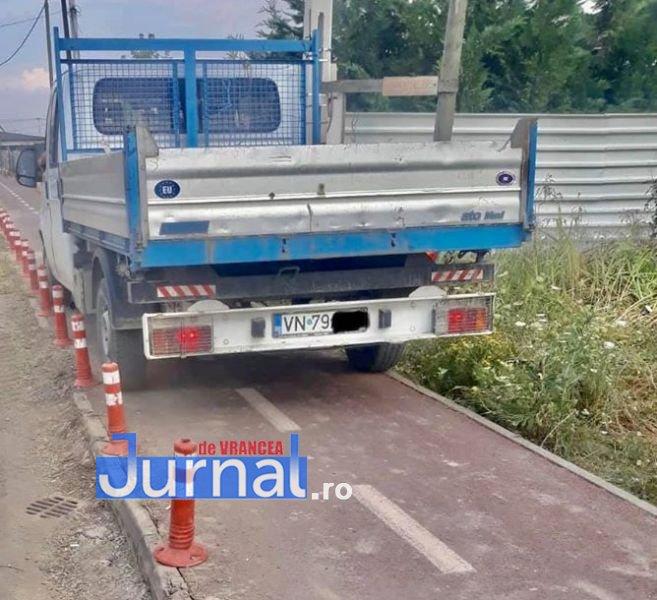 parcat aiurea petresti 4 - FOTO! Nesimțirea românului cea de pe urmă! Pistele de biciclete din Crângul Petrești blocate de șoferii nepăsători!