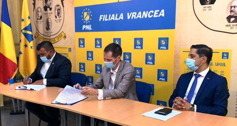 """protocol alianta - VIDEO: Acord politic pentru alegerile locale semnat între PNL Vrancea și Partida Romilor """"Pro Europa"""""""