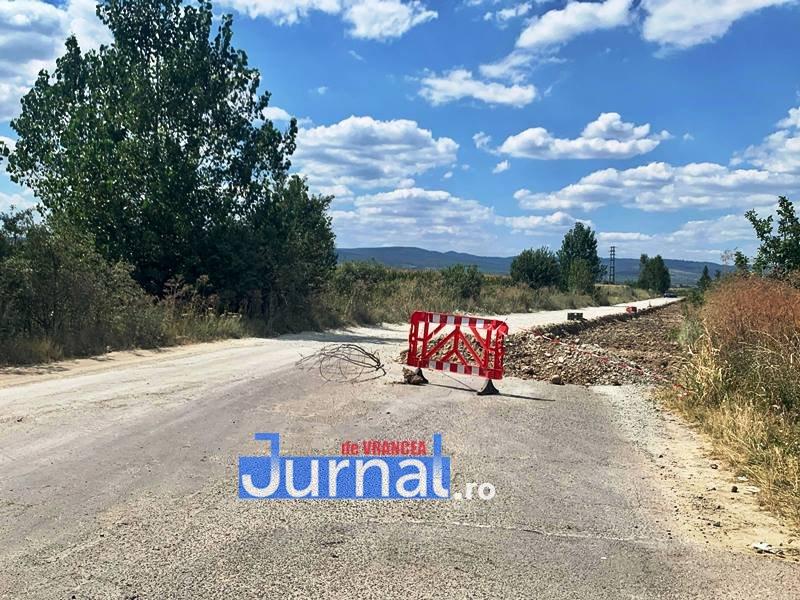 drum in lucru dj205c 1 - FOTO: Reabilitarea unui drum județean, un adevărat pericol pentru șoferi