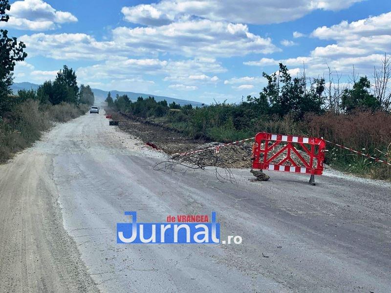 drum in lucru dj205c 2 - FOTO: Reabilitarea unui drum județean, un adevărat pericol pentru șoferi