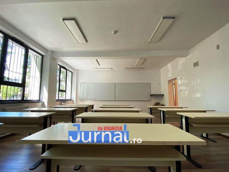scoala 10 banci - Reabilitare la pas: Școala 10 a scos bani de la buget pentru ca lucrările din fonduri UE să fie completate alte îmbunătățiri interioare și de mobilier