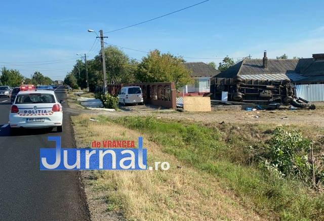tir rasturnat in curte calimanesti - FOTO-ULTIMĂ ORĂ: Tir răsturnat în curtea unei locuințe din Călimănești   Două persoane au fost rănite