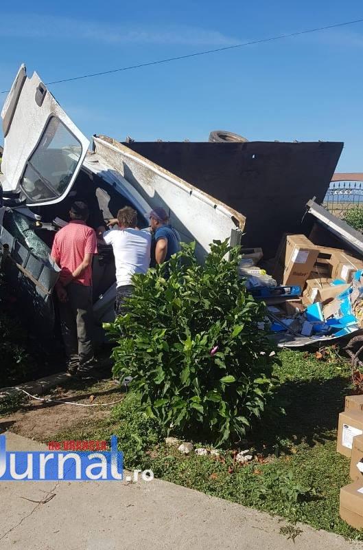 tir rasturnat in curte calimanesti2 - FOTO-ULTIMĂ ORĂ: Tir răsturnat în curtea unei locuințe din Călimănești   Două persoane au fost rănite