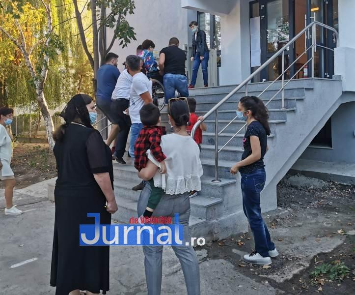 cum se voteaza in vn 2 - Uluitor! Se întâmplă în Focșani! Femeie dusă pe brațe pentru a-și exercita dreptul de vot!