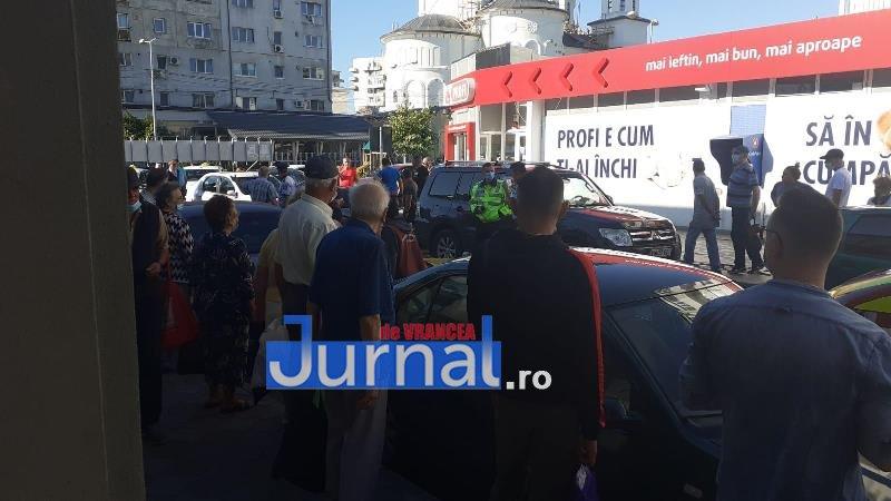 interventie hala 4 - FOTO: Intervenție în apropiere de Hala Moldovei. Un om al străzii a fost preluat de SMURD