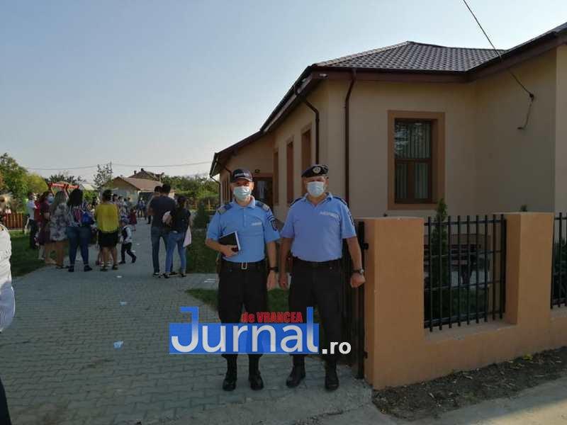 jandarmi scoala 5 - FOTO: Jandarmii, la datorie în prima zi de școală: patrule prezente azi la 41 de unități de învățământ preuniversitar din județ