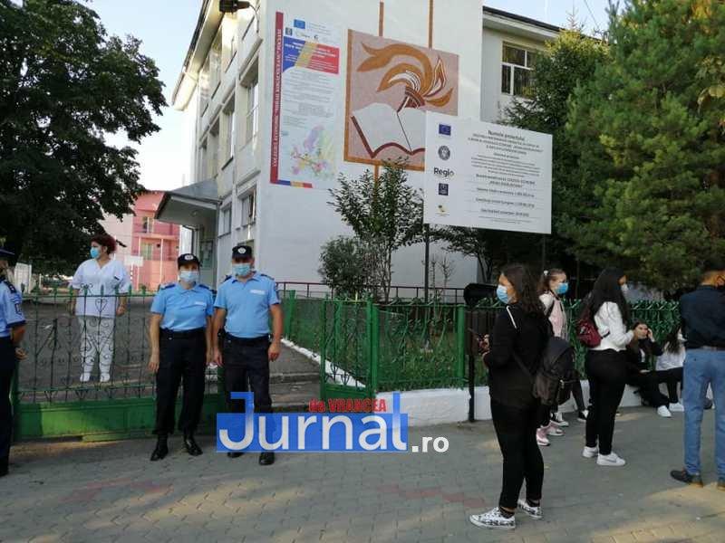 jandarmi scoala 6 - FOTO: Jandarmii, la datorie în prima zi de școală: patrule prezente azi la 41 de unități de învățământ preuniversitar din județ
