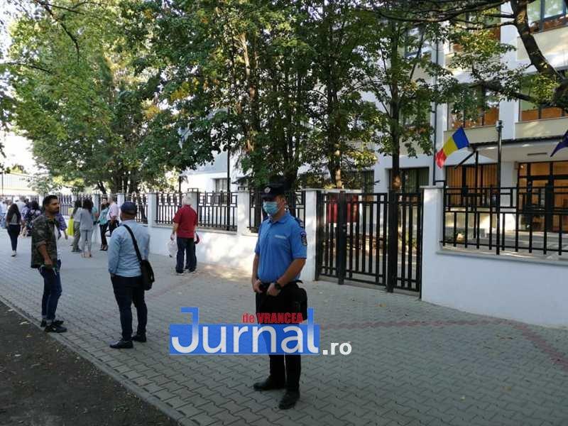 jandarmi scoala 7 - FOTO: Jandarmii, la datorie în prima zi de școală: patrule prezente azi la 41 de unități de învățământ preuniversitar din județ