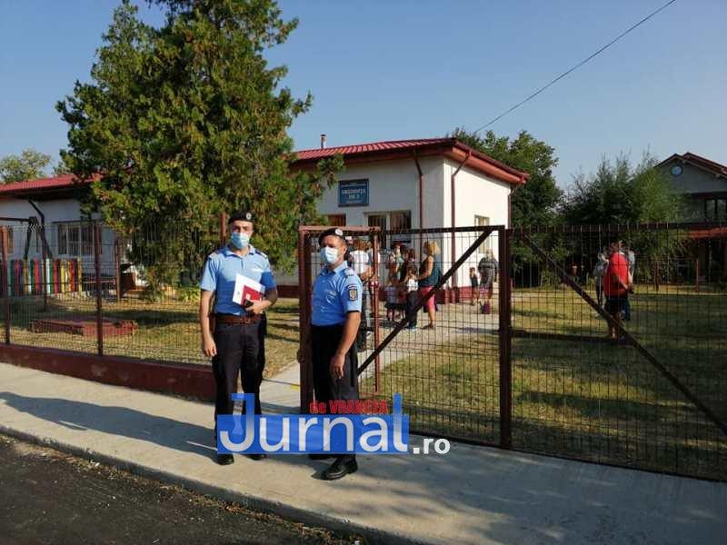 jandarmi scoala 8 - FOTO: Jandarmii, la datorie în prima zi de școală: patrule prezente azi la 41 de unități de învățământ preuniversitar din județ