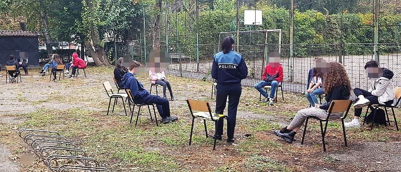 informare ipj vrancea1  - FOTO: Sfaturi de la polițiști pentru liceeni, de ziua Non-Violenței