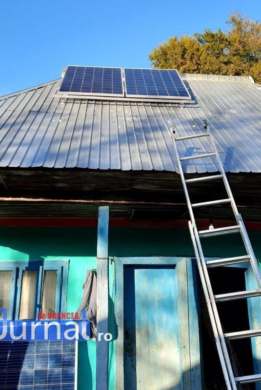 panouri solare taratu 3 - GALERIE FOTO: Lumina a ajuns în casă la tanti Călina cu ajutorul Arhiepiscopiei Buzăului și Vrancei | În locuința bătrânei din Poiana Cristei au fost montate panouri solare