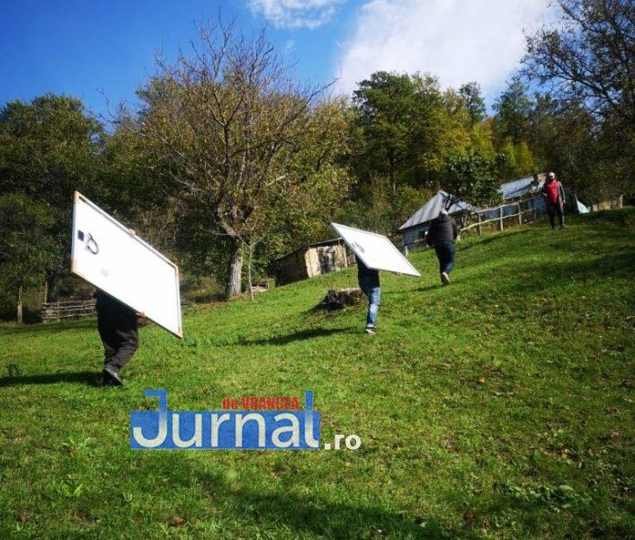 panouri solare taratu 4 - GALERIE FOTO: Lumina a ajuns în casă la tanti Călina cu ajutorul Arhiepiscopiei Buzăului și Vrancei | În locuința bătrânei din Poiana Cristei au fost montate panouri solare