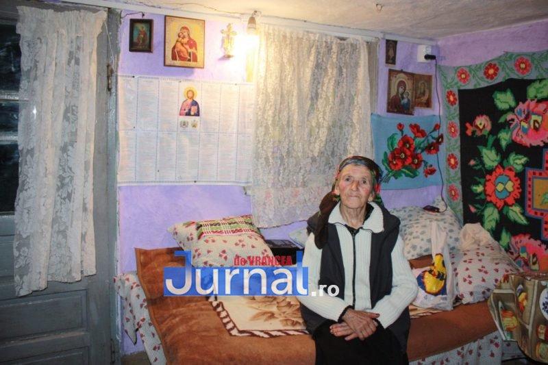 panouri solare taratu 5 - GALERIE FOTO: Lumina a ajuns în casă la tanti Călina cu ajutorul Arhiepiscopiei Buzăului și Vrancei | În locuința bătrânei din Poiana Cristei au fost montate panouri solare