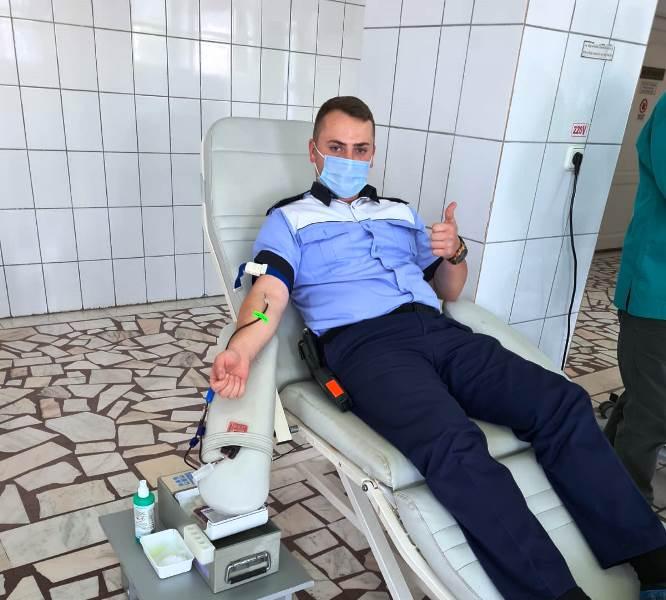 """politisti donatori sange 4 - FOTO: Polițiștii vrânceni, o nouă campanie de donare de sânge: """"O oră din viața dumneavoastră poate salva o viață!"""""""