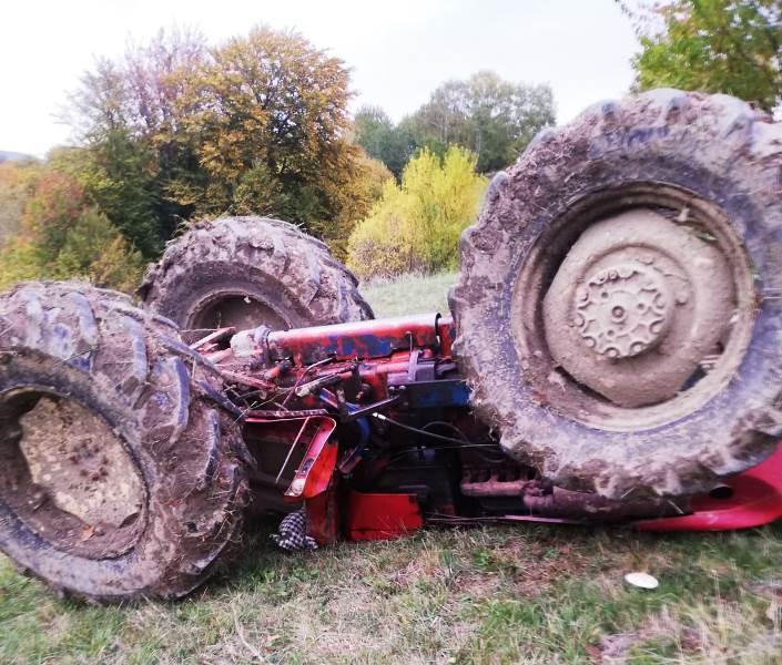 tractor rasturnat 1 - ULTIMA ORĂ: A doua persoană rănită după ce s-a răsturnat cu tractorul   Bărbatul a ajuns la spital