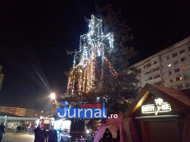 luminite sarbatori 2 - FOTO/ VIDEO. Vin, sărbătorile vin: Au fost aprinse luminile festive în Piața Unirii și în Orășelul Copiilor