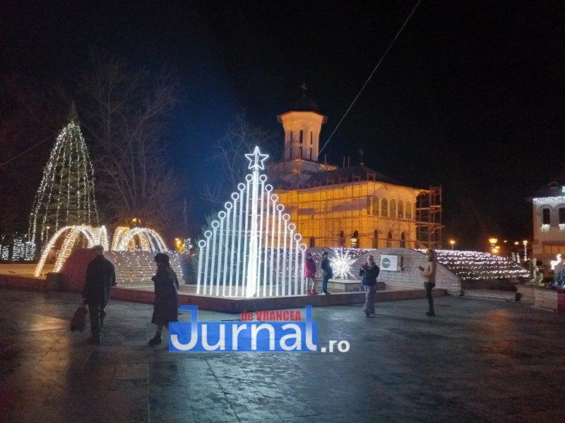 luminite sarbatori 6 - FOTO/ VIDEO. Vin, sărbătorile vin: Au fost aprinse luminile festive în Piața Unirii și în Orășelul Copiilor